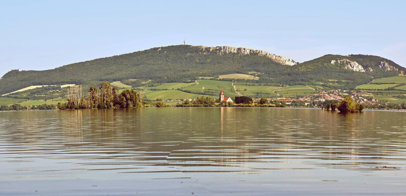 Het eiland met de oude kerk in het midden van het meer Landschap onder Palava Tsjechische Republiek - de wijnregi van het Gebied  royalty-vrije stock foto's