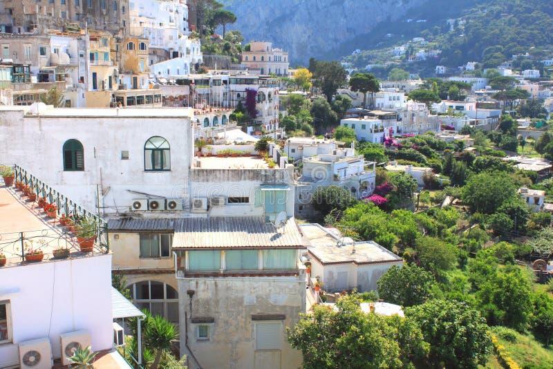 Het Eiland van Capri, Italië Traditionele Italiaanse architectuur bij de kust in de bergen royalty-vrije stock afbeelding