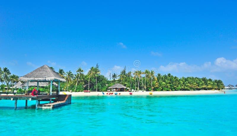 Het eiland van de Maldiven met blauwe overzees royalty-vrije stock fotografie