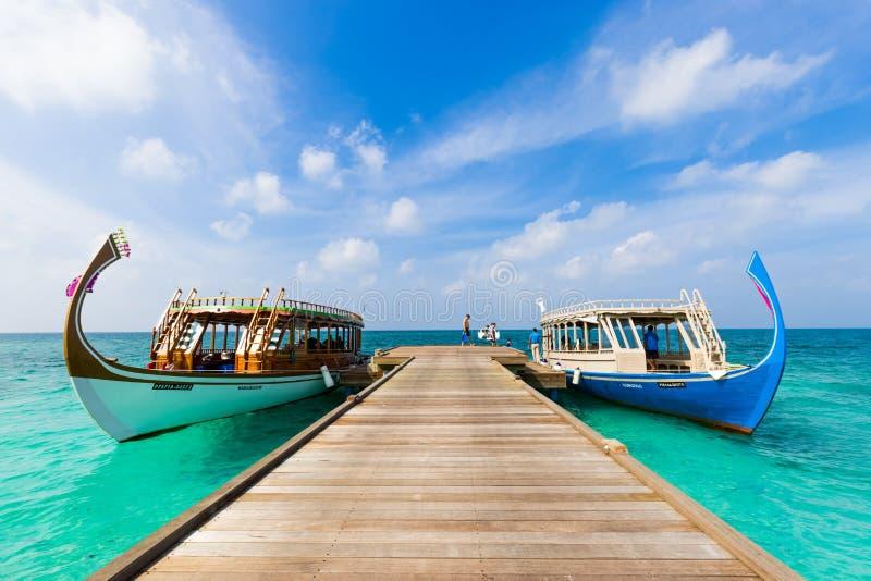 Het eiland van de Maldiven traditionele boten voor toerist en toerisme voor het snorkelen en het duiken mening van houten pier stock afbeeldingen