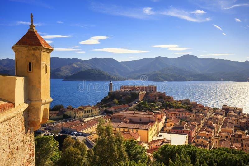 Het eiland van Elba, de luchtmening van Portoferraio van fort Vuurtoren en stock afbeelding