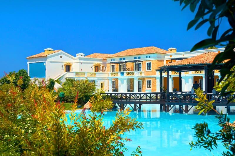 HET EILAND VAN KRETA, GRIEKENLAND, 01 JULI, 2011: Mening over Koninklijk Mare Village-restaurant voor toeristen, gasten De pool v royalty-vrije stock foto's