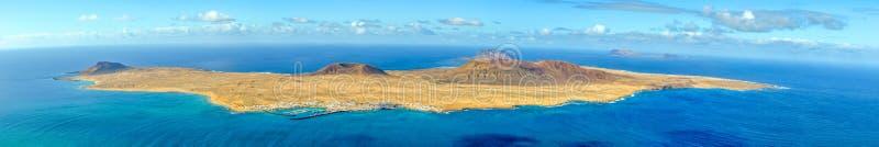 Het Eiland van La Graciosa kijkt van Lanzarote, stock afbeeldingen