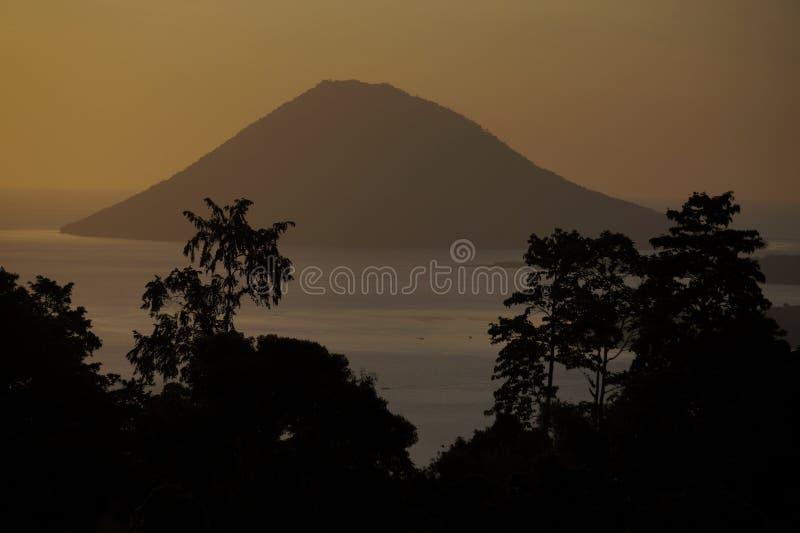 Het Eiland van Manadotua in het Tropische Boomsilhouet Ontwerpen royalty-vrije stock fotografie