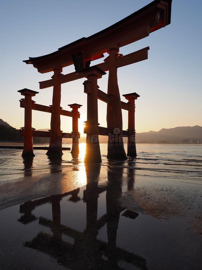 Het eiland van Miyajima van de Toriipoort in Japan bij zonsondergang royalty-vrije stock afbeeldingen