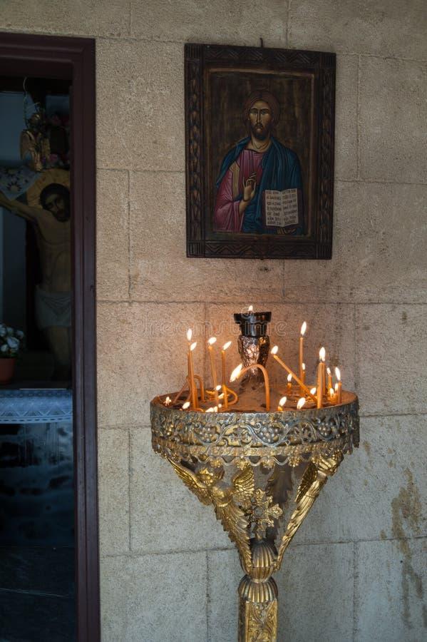 Het eiland van Rhodos, Griekenland 05/28/2018 De weg die tot gigantisch kruis dichtbij Klooster van Filerimos leiden De hartstoch stock foto's