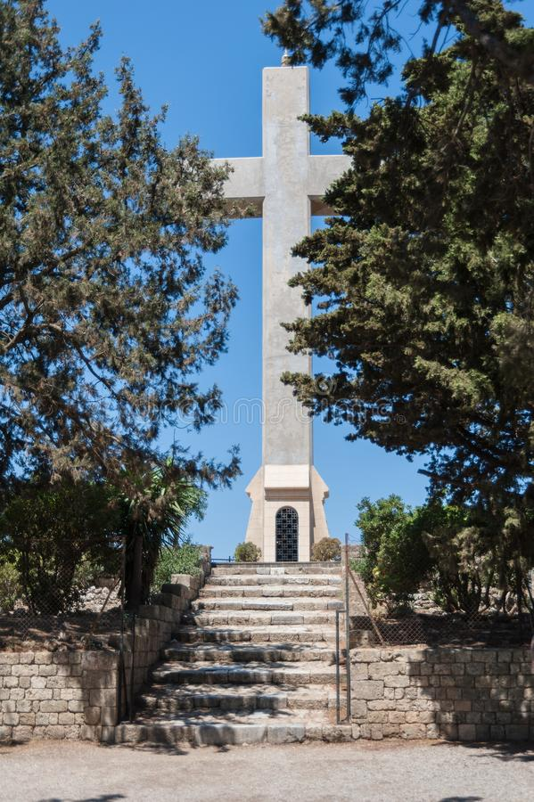 Het eiland van Rhodos, Griekenland 05/28/2018 De weg die tot gigantisch kruis dichtbij Klooster van Filerimos leiden De hartstoch royalty-vrije stock foto