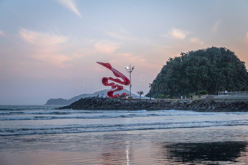 Het eiland van Santos Beach en Urubuquecaba-bij zonsondergang - Santos, Sao Paulo, Brazilië royalty-vrije stock afbeelding