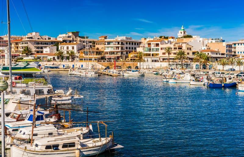 Het eiland van Spanje Majorca, Cala Ratjada de haven van de visserijhaven, mooie kleine stad bij kust royalty-vrije stock foto's