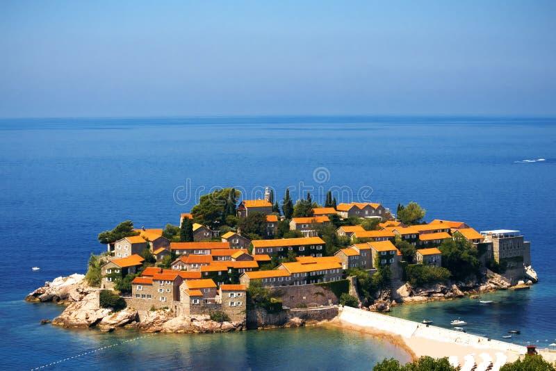 Het eiland van Svetistefan in Budva in een mooie de zomerdag, Montenegro Adriatische overzees, Montenegro, Europa Mooie wereld va stock foto
