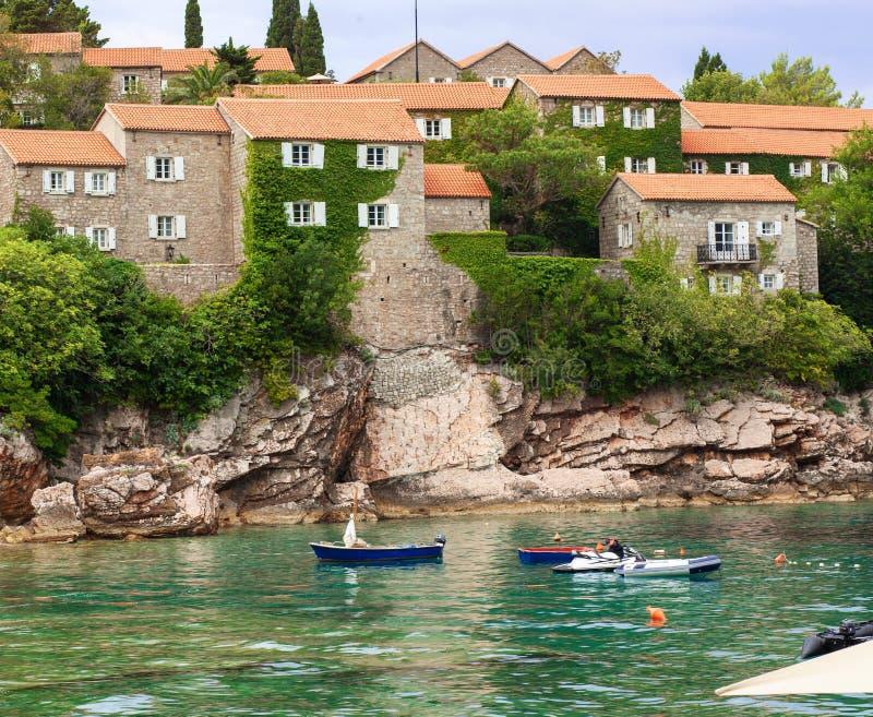 Het eiland van Svetistefan in Budva, Middeleeuws kasteel, Montenegro Adriatische overzees met boten stock foto's
