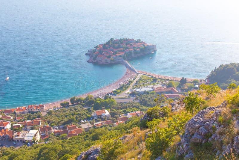 Het eiland van Svetistefan in Budva, Montenegro hoge mening stock foto's