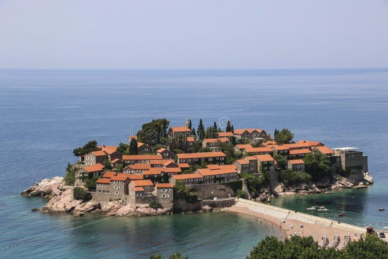 Het eiland van Svetistefan dichtbij stad van Budva op Adriatische kust, Montenegro royalty-vrije stock afbeeldingen