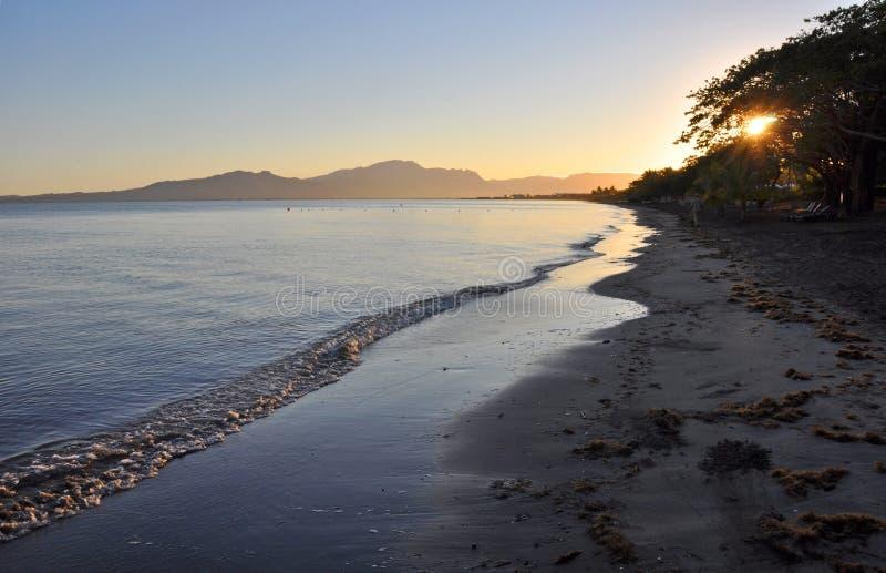Het eilandStrand van Denarau in Dawn, Fiji royalty-vrije stock afbeelding
