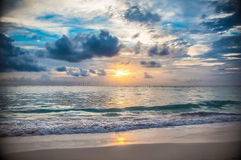 Het eilandzonsopgang en zonsondergang van de Dominicaanse republiek stock afbeelding