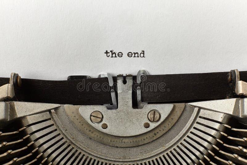 ` het eind ` typte woorden op een uitstekende schrijfmachine stock fotografie