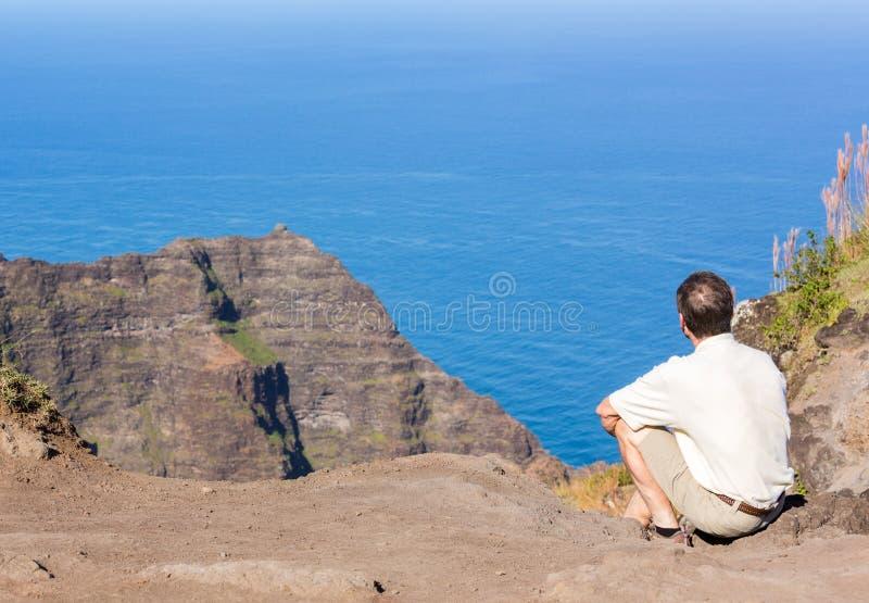 Het eind van de Awaawapuhisleep op klip boven de kust van Na Pali op Kauai stock foto