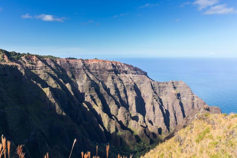 Het eind van de Awaawapuhisleep op klip boven de kust van Na Pali op Kauai stock fotografie