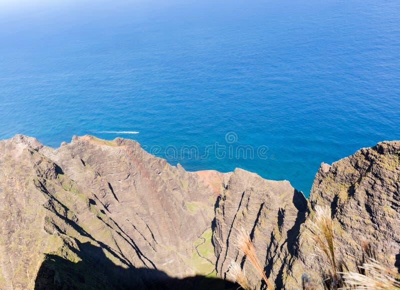 Het eind van de Awaawapuhisleep op klip boven de kust van Na Pali op Kauai stock afbeeldingen