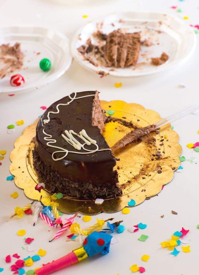 Het eind van kinderen van partij met de halve plakken van de chocoladecake stock foto