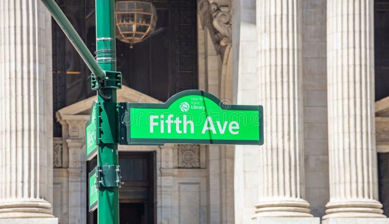 Het einde, loopt verkeersteken voor voetgangers en geen Vijfde aveverkeersteken royalty-vrije stock fotografie