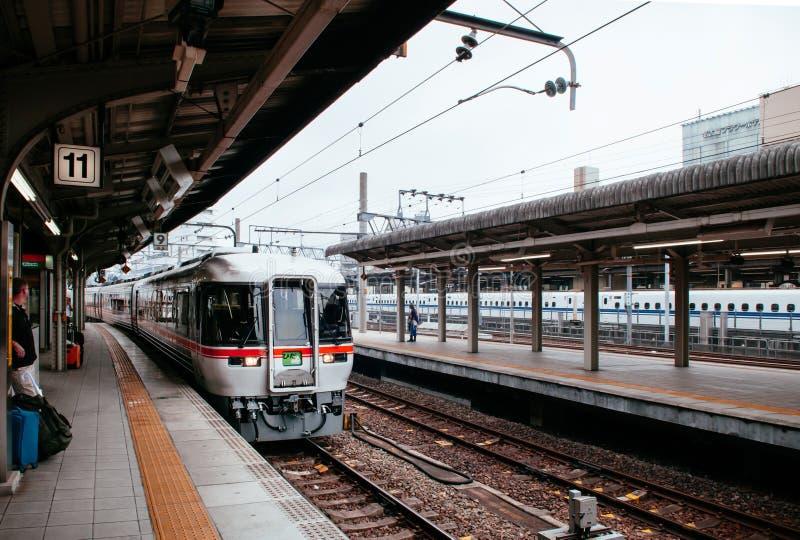 Het einde van de Hidatrein bij platform van de Hoofdlijn van JR Chuo bij stati van Nagoya royalty-vrije stock fotografie