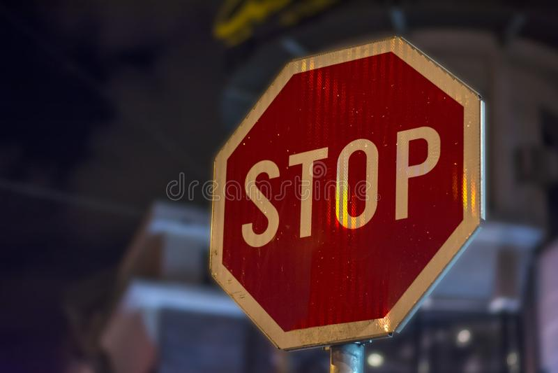 Het EINDE van het de nachtteken van de eindestraat op staaf in de stad stock afbeeldingen