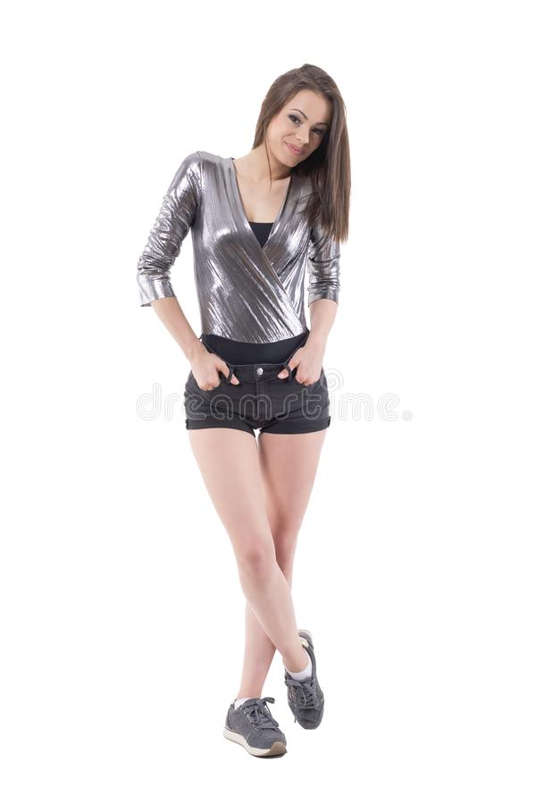 Het elegante de mannequin van de de stijlvrouw van de luxestraat stellen in glanzend zilveren overhemd royalty-vrije stock foto