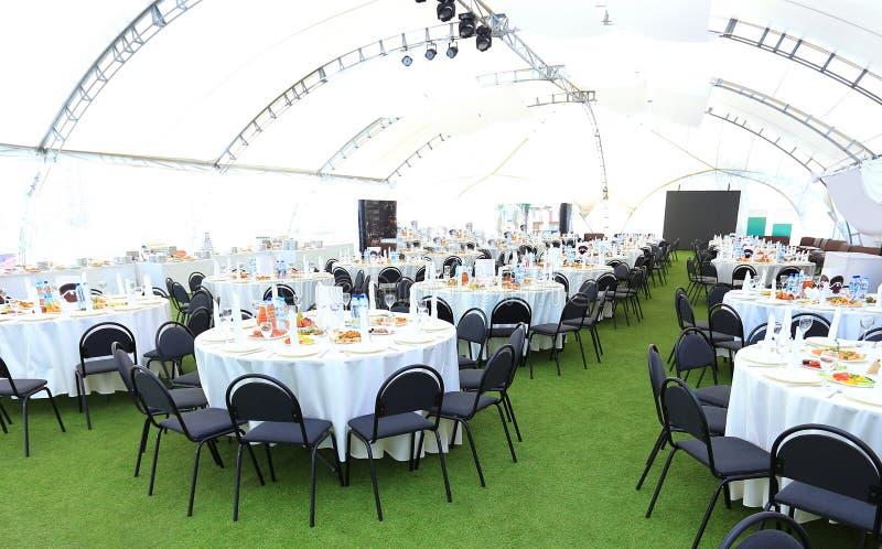 Het elegante gebied van de huwelijksontvangst, klaar voor gasten en de bruids partij stock foto's