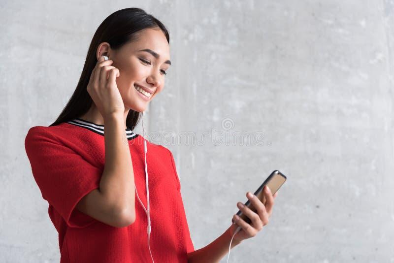 Het elegante gelukkige meisje geniet van lied royalty-vrije stock afbeelding