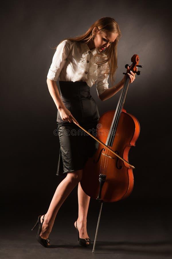 Het elegante meisje spelen op violoncel stock afbeeldingen