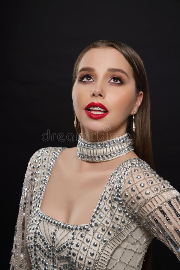 Het elegante model stellen in glam parelde kleding royalty-vrije stock afbeeldingen
