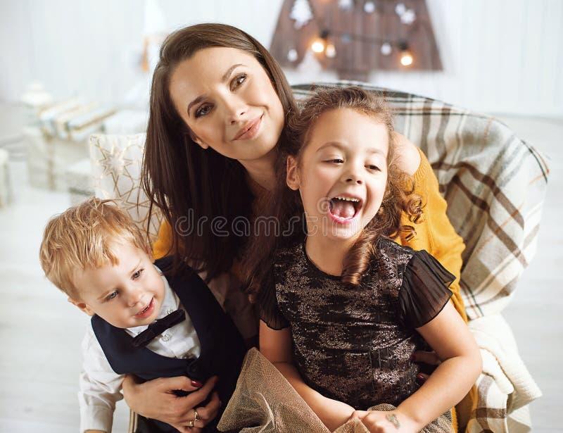 Het elegante moeder stellen met haar kinderen royalty-vrije stock fotografie