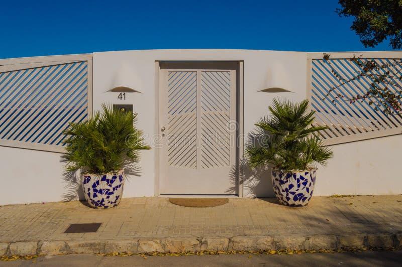 Het elegante portiek van de huisingang met natuurlijke houten dubbele deuren royalty-vrije stock foto's