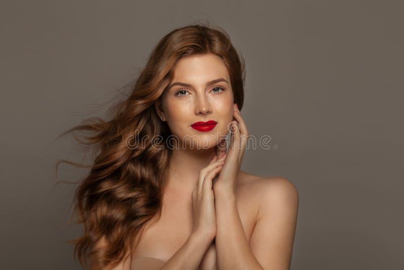 Het elegante portret van het roodharige modelmeisje Mooie vrouw met lang krullend haar royalty-vrije stock afbeelding