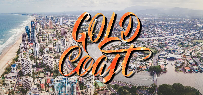 Het elegante van letters voorzien van Gold Coast over luchtlandschap van Gold Coast-stad en Nerang-rivier in Queensland, Australi stock foto