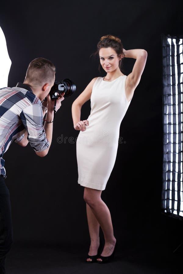 Het elegante vrouw stellen bij camera royalty-vrije stock fotografie