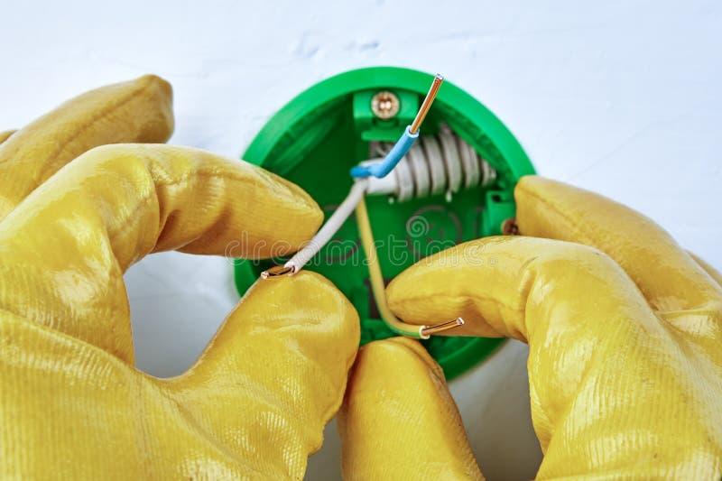 Het elektrische installatiewerk met ronde contactdoosdoos stock afbeelding
