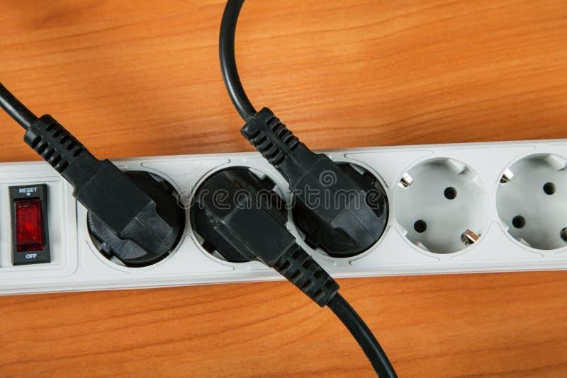 Het elektrische uitbreidingsstuk met draden stock afbeeldingen