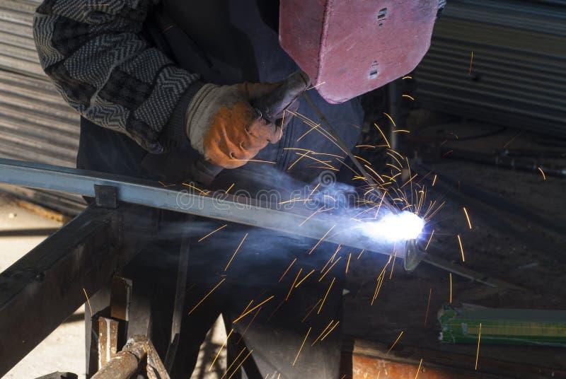 Het elektrische wiel malen op staalstructuur in fabriek stock fotografie