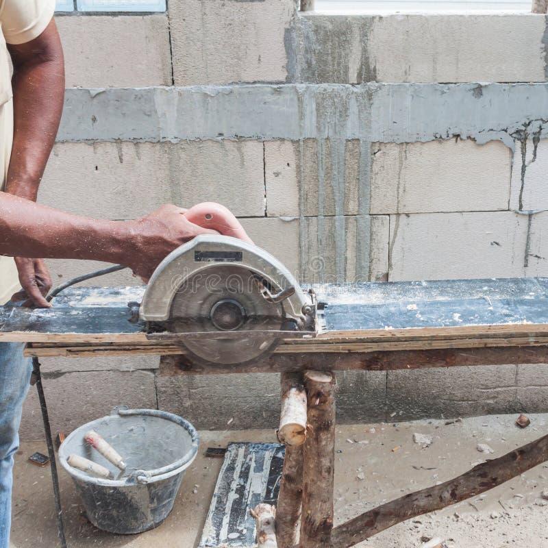 Het elektro scherpe hout van de cirkelzaag stock afbeelding
