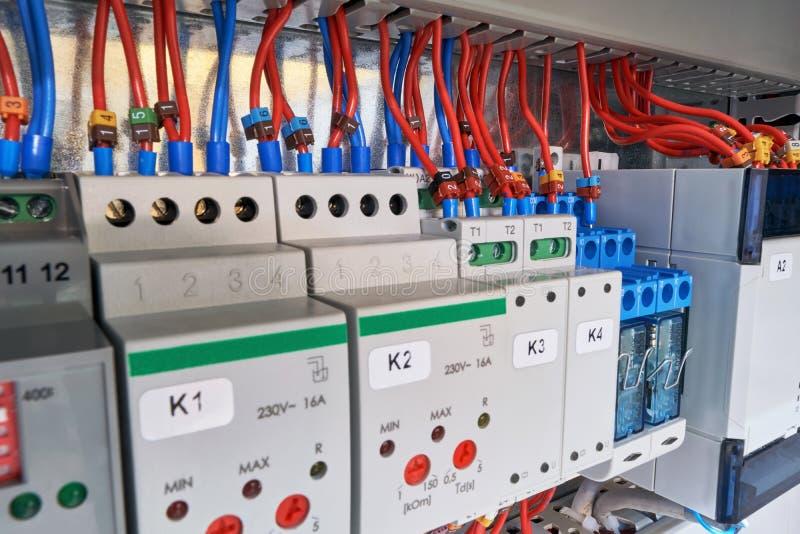 In het elektrokabinet van het apparaat met aanpassing, relais en controlemechanisme royalty-vrije stock afbeelding