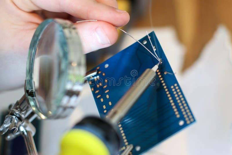 Het elektronische solderen stock afbeeldingen