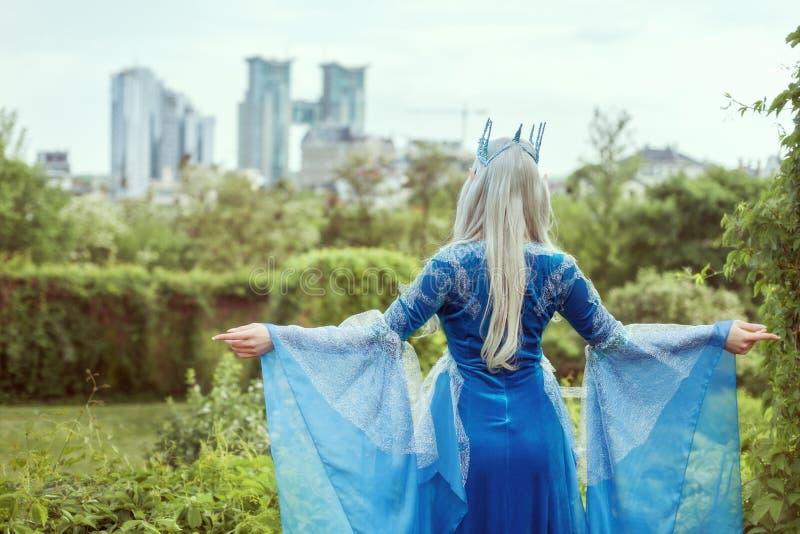 Het elf die van de feevrouw de stad bekijken royalty-vrije stock afbeeldingen