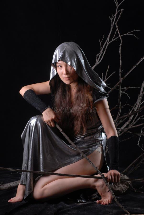 Het elfstrijder van het feemeisje op een zwarte achtergrond royalty-vrije stock fotografie