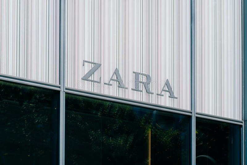 Het embleem/de merknaam van ZARA op opslagvoorgevel in Berlijn, Germa royalty-vrije stock afbeeldingen