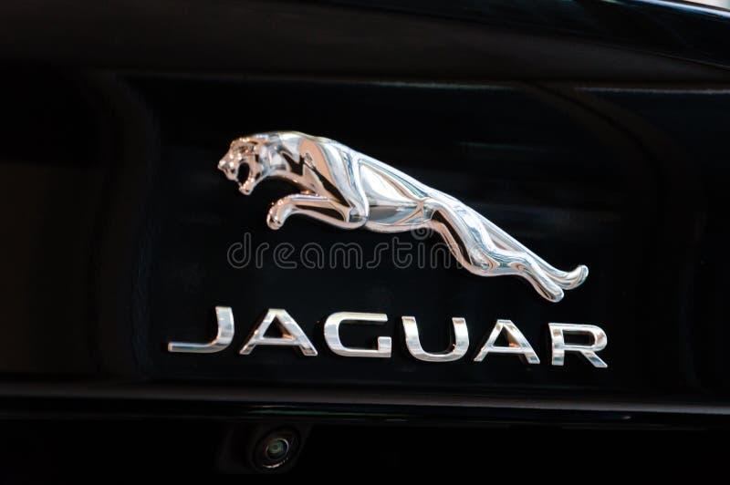 Het embleem en het teken van Jaguar op zwarte auto Jaguar is het merk van het luxevoertuig van Jaguar Land Rover royalty-vrije stock foto's