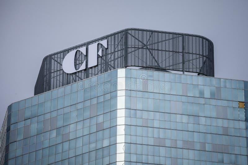 Het embleem van Cadillac fairview op hun hoofdbureau in het CF Toronto Eaton Centrum, belangrijkst winkelcomplex van de stad en e stock fotografie
