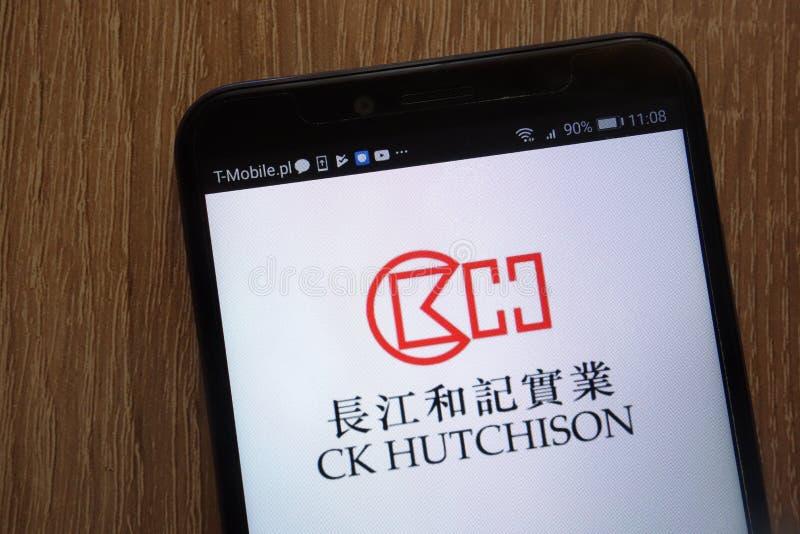 Het embleem van CK Hutchison Holdings op een moderne smartphone wordt getoond die royalty-vrije stock afbeeldingen