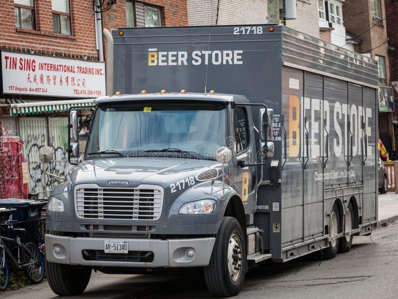 Het embleem van de bieropslag op ??n van hun leveringsvrachtwagens in Toronto van de binnenstad, Ontario stock afbeelding